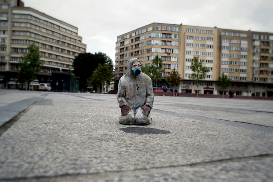 isaac-cordal-cement-eclipses