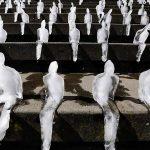 Minimum Monument – Installazione fatta con omini di ghiaccio