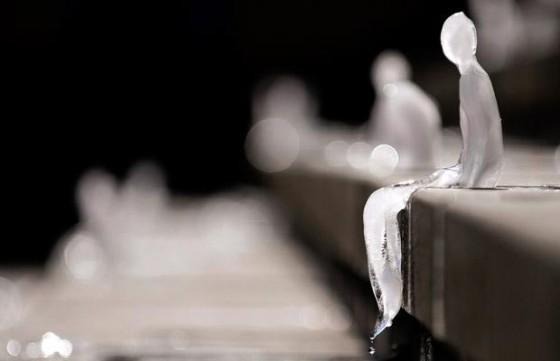 Minimum Monument - Installazione fatta con omini di ghiaccio
