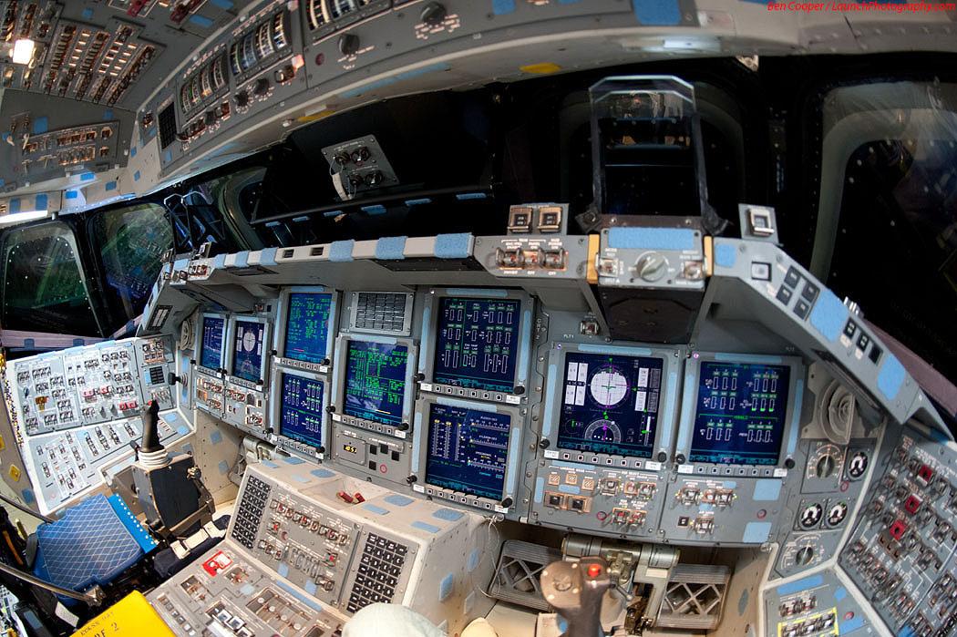 Flight deck foto della cabina di guida dello shuttle for Foto della piccola cabina
