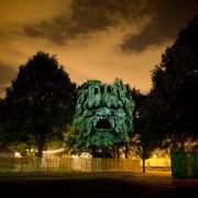 Clément Briend - Projection Art - Idoli e gargoyles proiettati su alberi ed edifici