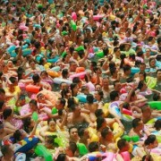 Chinese Swimming Pools - Piscine cinesi stracolme di persone