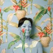 Cecilia Paredes - Body artist peruviana che si mimetizza con la carta da parati