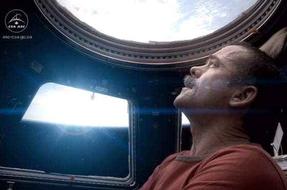 Commander Chris Hadfield - Space Oddity - Astronauta canadese canta David Bowie
