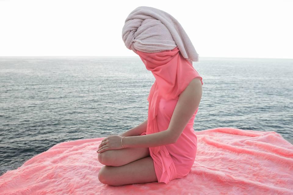 L'esplorazione della femminilità negli scatti di Prue Stent | Collater.al