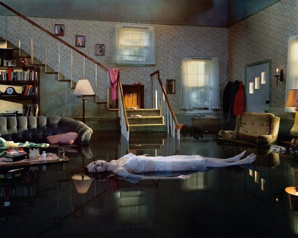 Gregory Crewdson e le sue foto che sono quasi un film | Collater.al