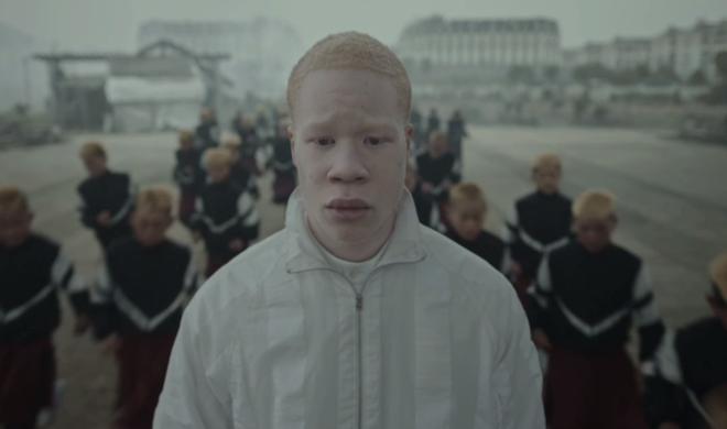 Gosh – Il nuovo video di Jamie XX diretto da Romain Gavras