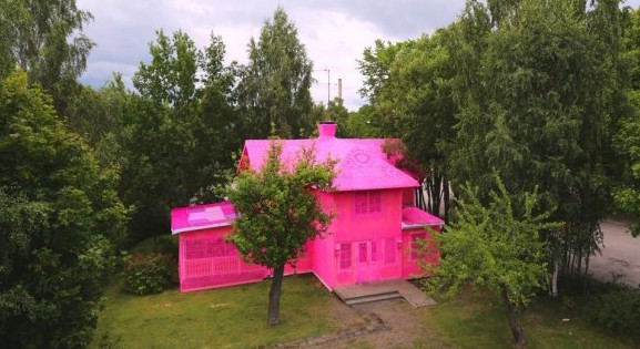 #ourpinkhouse – La casa tutta rosa di Olek