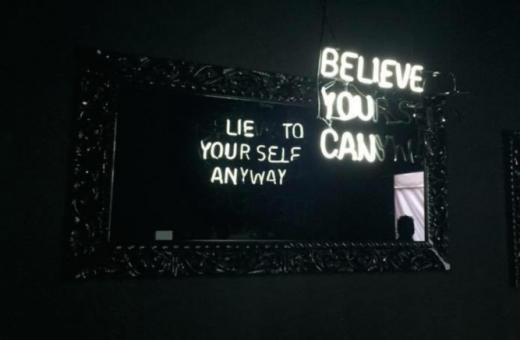 Here Not There – I neon a doppio senso di Camilo Matiz