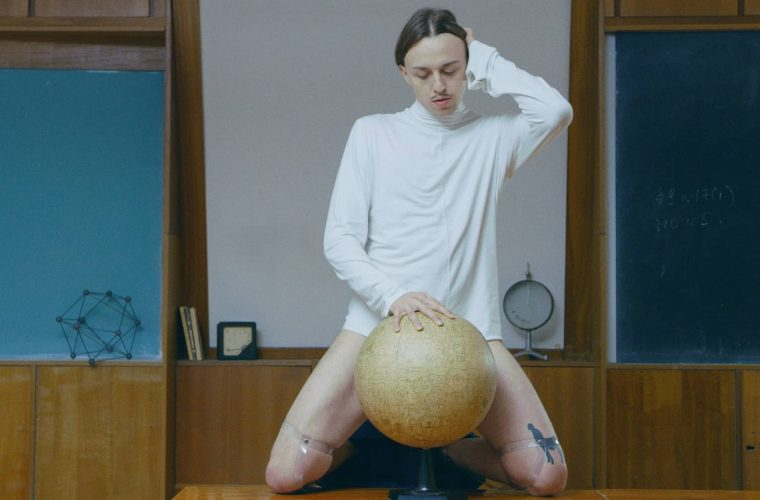 Tommy Cash lancia il video di Surf, provocatorio, trash e falsamente erotico