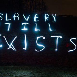 Slavery Still exists, le luci di denuncia di Fouad Abou-Rizk | Collater.al