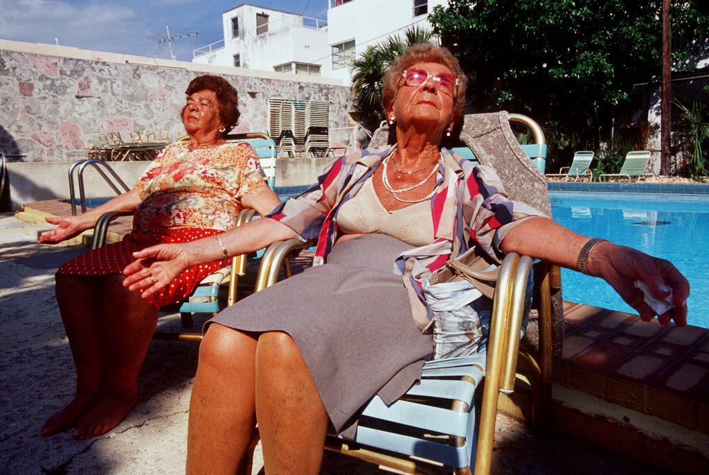 Haddon Hall, gli anziani pensionati di Miami immortalati da Naomi Harris | Collater.al 1