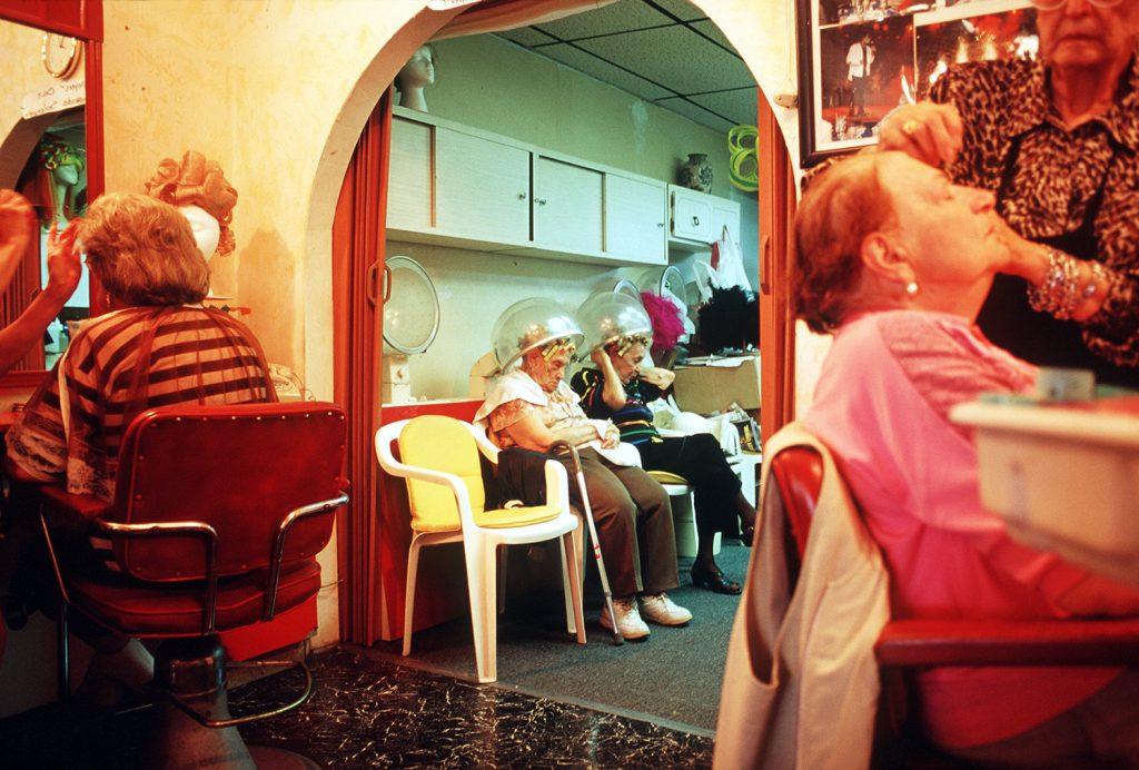 Haddon Hall, gli anziani pensionati di Miami immortalati da Naomi Harris | Collater.al 10