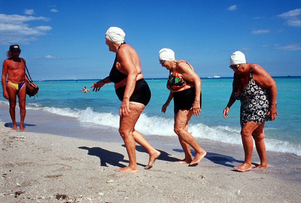 Haddon Hall, gli anziani pensionati di Miami immortalati da Naomi Harris | Collater.al 3