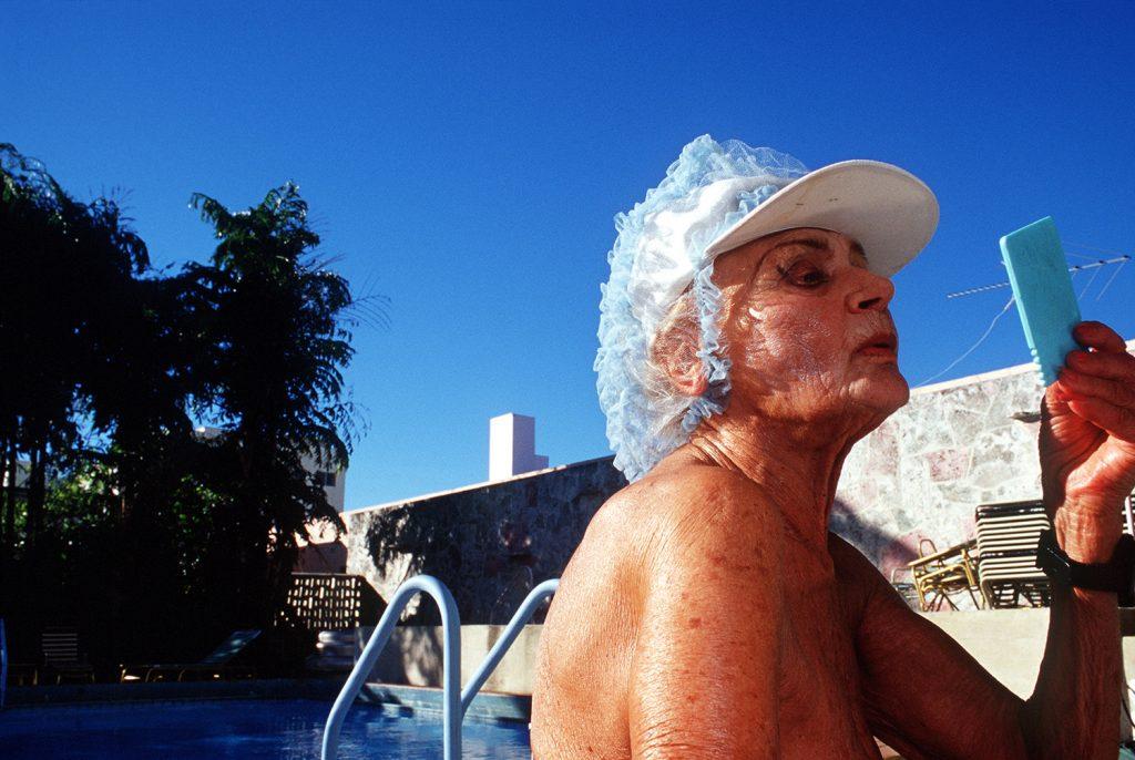 Haddon Hall, gli anziani pensionati di Miami immortalati da Naomi Harris | Collater.al 4