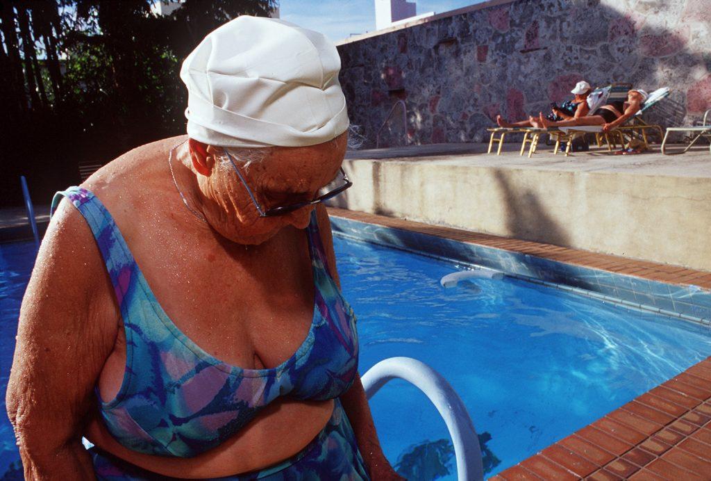 Haddon Hall, gli anziani pensionati di Miami immortalati da Naomi Harris | Collater.al 5