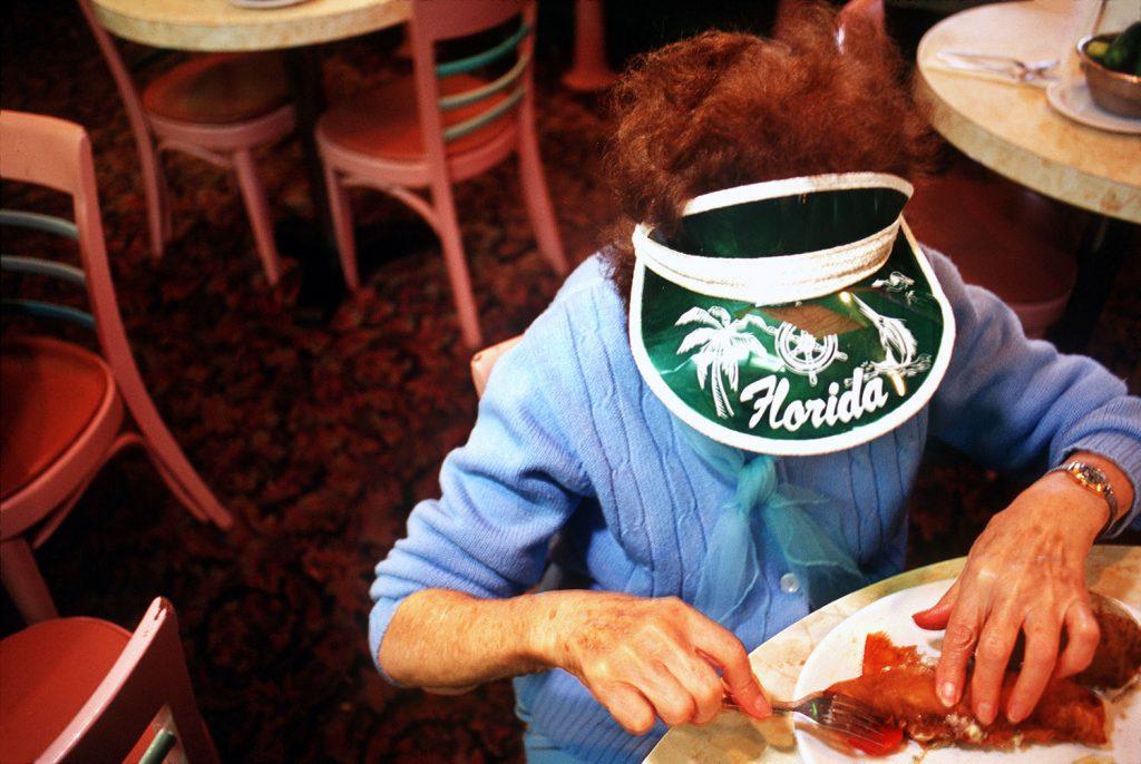 Haddon Hall, gli anziani pensionati di Miami immortalati da Naomi Harris | Collater.al 8