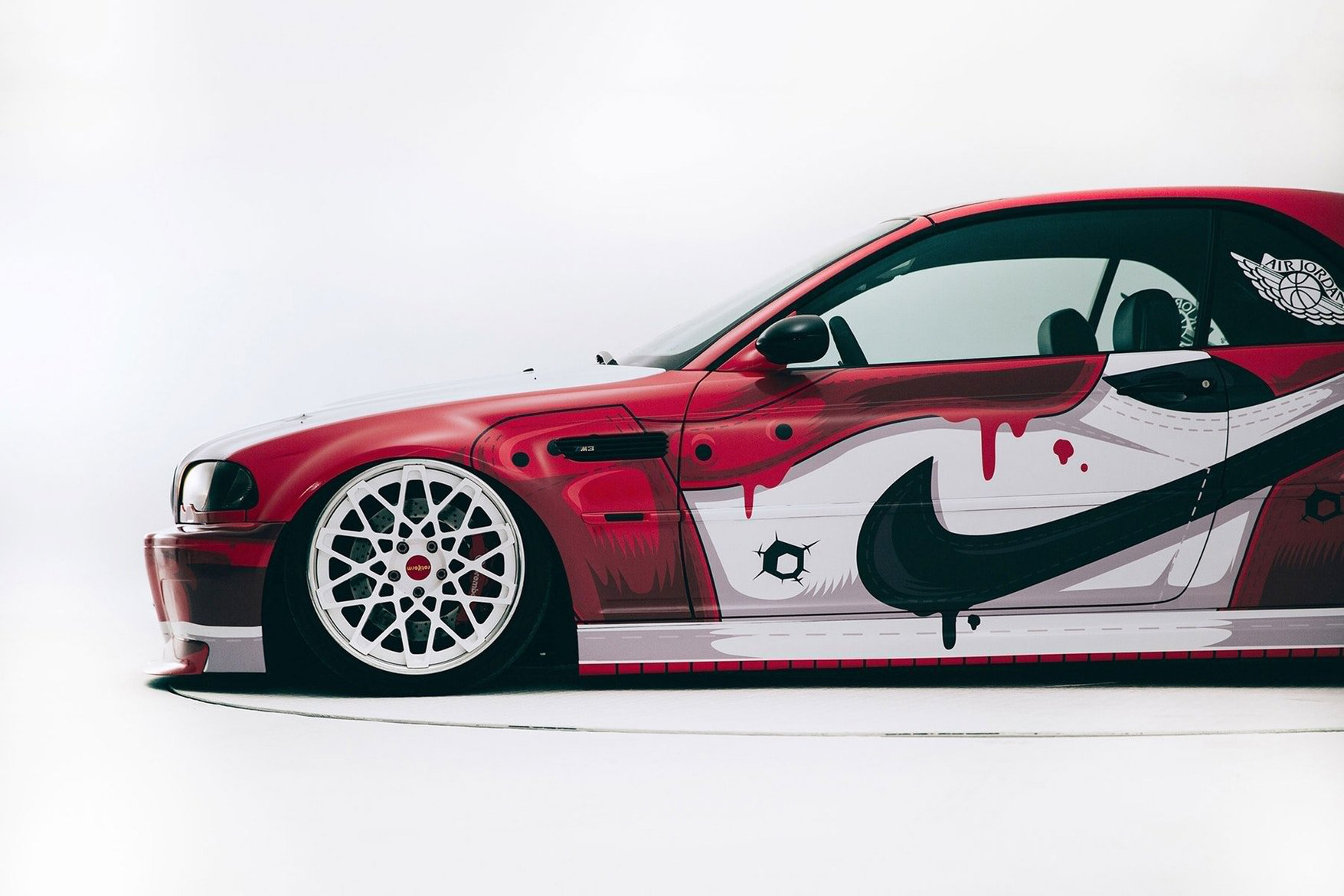 La BMW M3 customizzata con il colour scheme delle Nike Air Jordan 1 Chicago | Collater.al