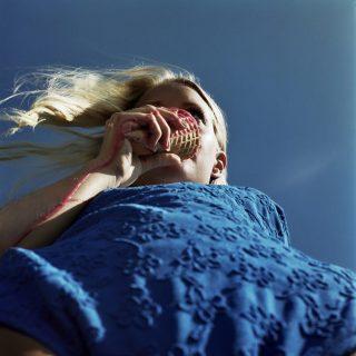 Le vivaci composizioni di Annelie Vandendael contro la manipolazione della fotografia di moda | Collater.al