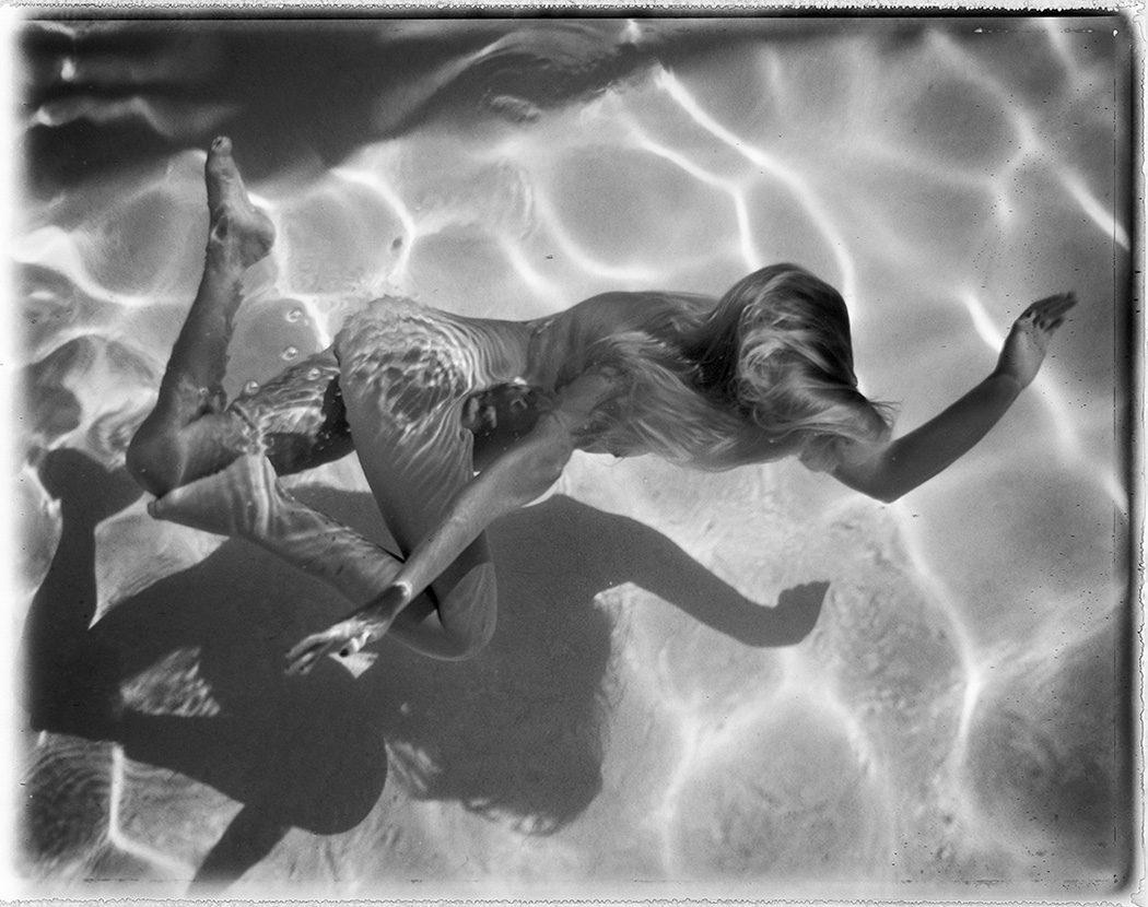 The Swimming Pool, la serie di corpi nudi immersi nell'acqua di Deanna Templeton