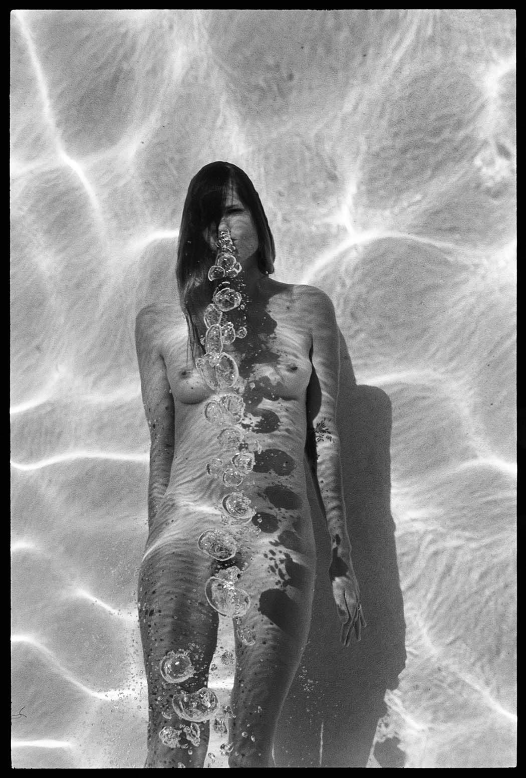 The Swimming Pool, la serie di corpi nudi immersi nell'acqua di Deanna Templeton | Collater.al 8