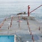 Genova – i tuoi colori, le spiagge artificiali del capoluogo ligure attraverso gli occhi di Niels Schubert | Collater.al 1