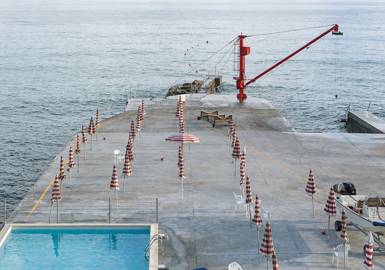 Genova - i tuoi colori, le spiagge artificiali del capoluogo ligure attraverso gli occhi di Niels Schubert | Collater.al 1