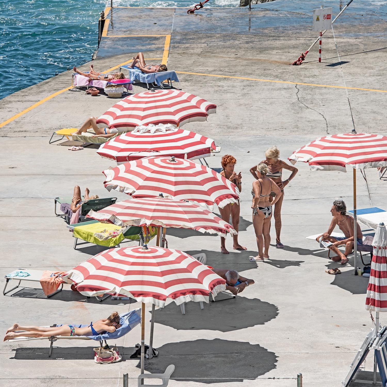 Genova - i tuoi colori, le spiagge artificiali del capoluogo ligure attraverso gli occhi di Niels Schubert | Collater.al 10