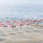 Genova – i tuoi colori, le spiagge artificiali del capoluogo ligure attraverso gli occhi di Niels Schubert | Collater.al 2