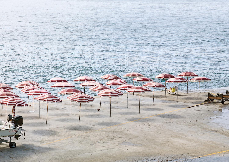 Genova - i tuoi colori, le spiagge artificiali del capoluogo ligure attraverso gli occhi di Niels Schubert | Collater.al 2