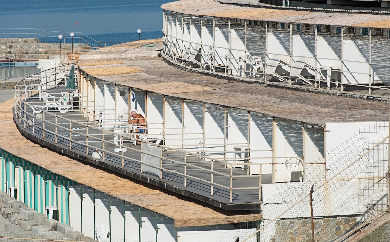Genova - i tuoi colori, le spiagge artificiali del capoluogo ligure attraverso gli occhi di Niels Schubert | Collater.al 4