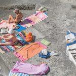 Genova – i tuoi colori, le spiagge artificiali del capoluogo ligure attraverso gli occhi di Niels Schubert | Collater.al 5
