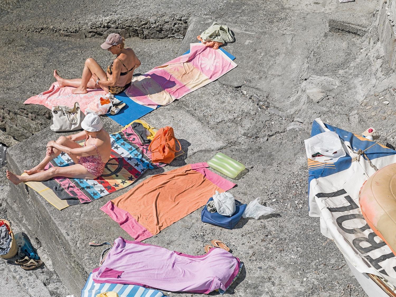 Genova - i tuoi colori, le spiagge artificiali del capoluogo ligure attraverso gli occhi di Niels Schubert | Collater.al 5
