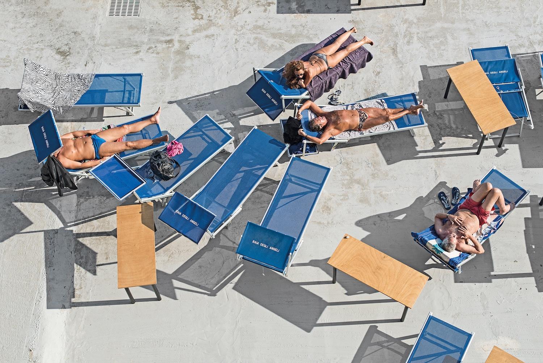 Genova - i tuoi colori, le spiagge artificiali del capoluogo ligure attraverso gli occhi di Niels Schubert | Collater.al 6