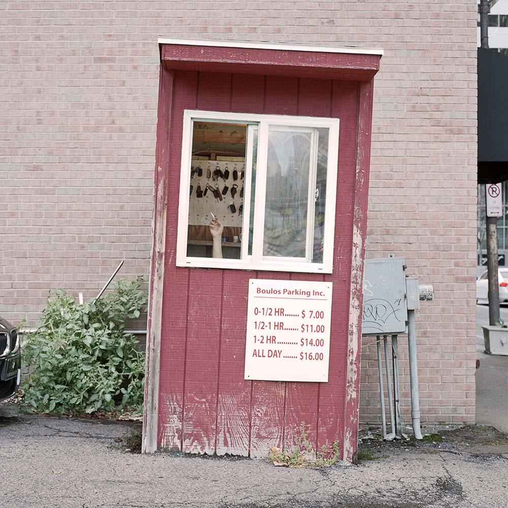 La solitudine dei parcheggiatori di Pittsburg nel progetto fotografico di Tom M Johnson