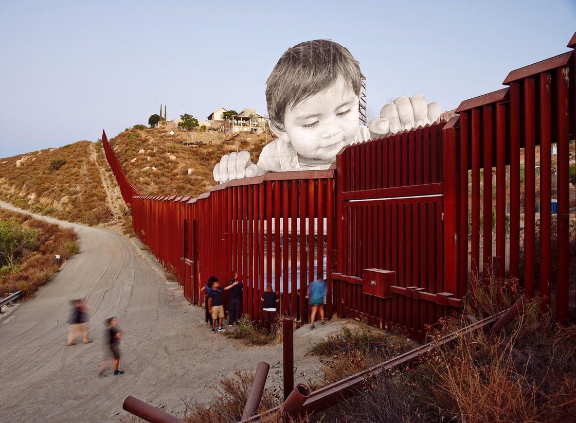 Giant Picnic, JR continua a sfidare il muro di Trump | Collater.al