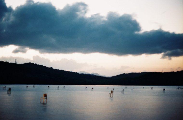 Fragile Chairs, l'installazione vista lago di Hidemi Nishida