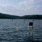 Fragile Chairs, l'installazione vista lago di Hidemi Nishida | Collater.al 8