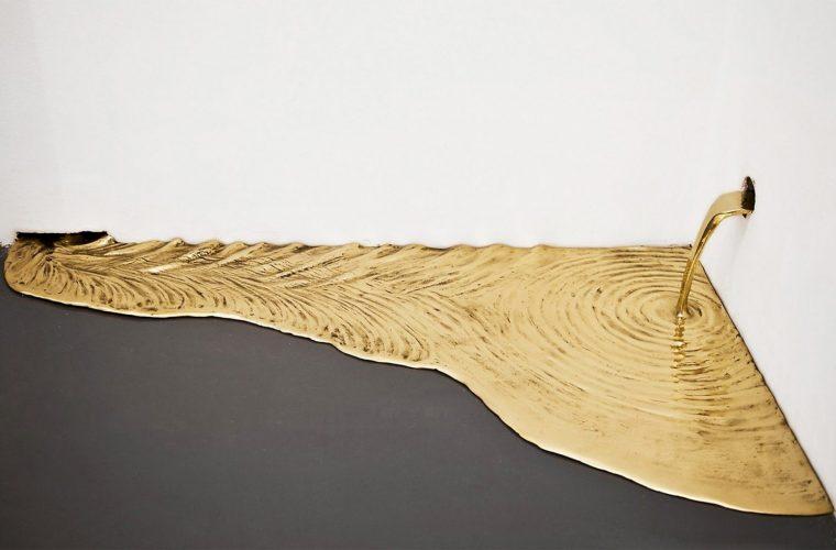 Gold Leaks, l'installazione di Vanderlei Lopes tra arte e alchimia
