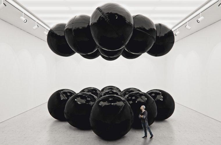 Black Balloons, l'equilibrio ipnotico delle installazioni di Tadao Cern