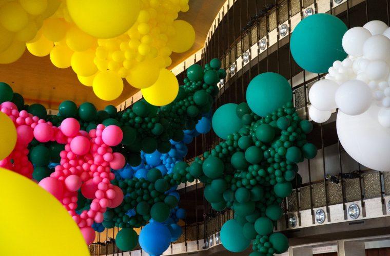 Gli immensi palloni di Geronimo al Lincoln Center di Manhattan