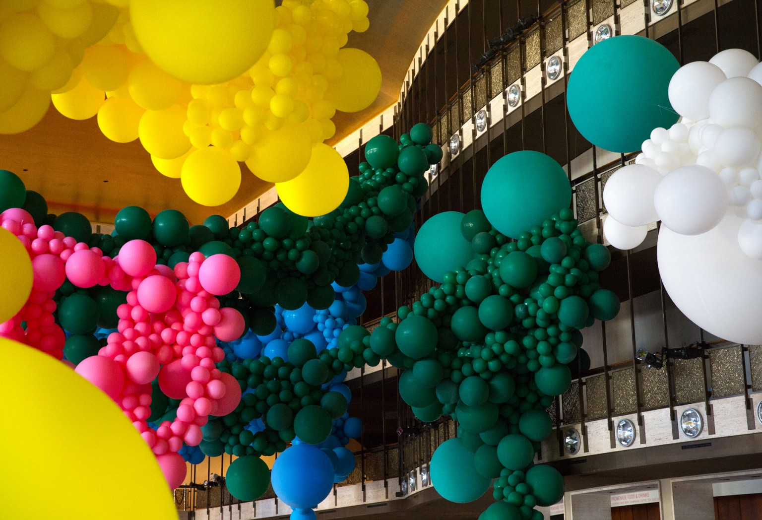 Gli immensi palloni di Geronimo al Lincoln Center di Manhattan | Collater.al 3