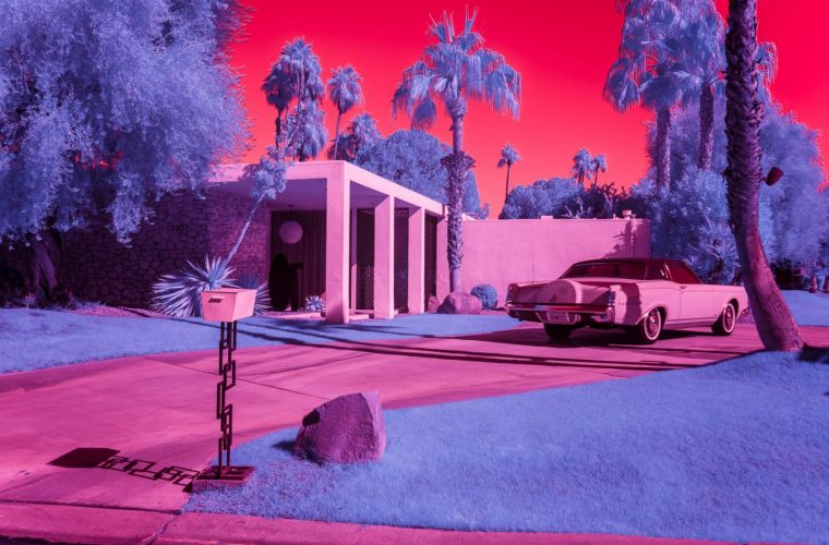 Infra Realism, Palm Springs si veste di rosa nelle foto di Kate Ballis