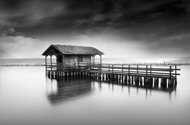 Le delicate foto in bianco e nero di Vassilis Tangoulis