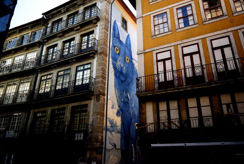 Perspéntico, the big blue cat by street artist Liqen