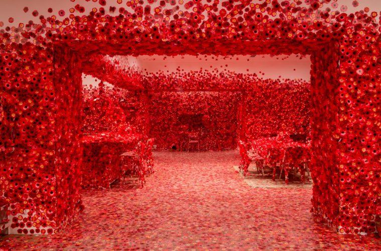 Flower Obsession, la stanza piena di fiori dell'artista Yayoi Kusama