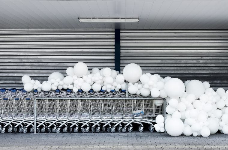 Charles Pétillon torna ad invadere le strade di palloncini bianchi