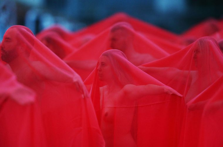Return of the Nude, i nudi velati di rosso di Spencer Tunick