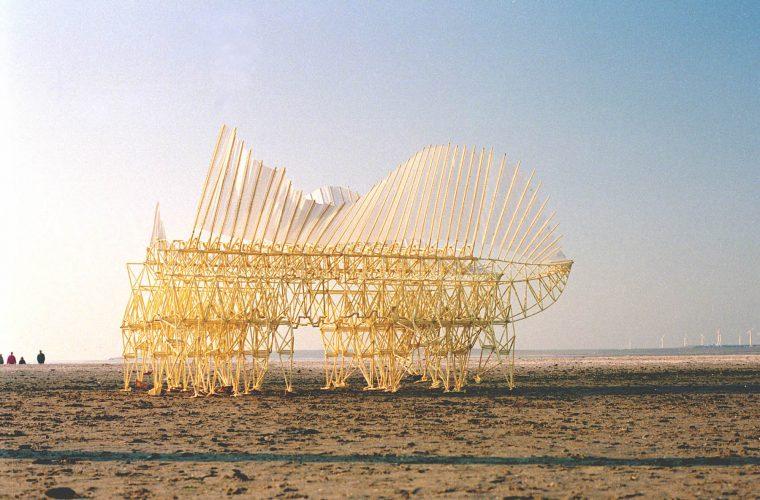 Strandbeests, le gigantesche sculture mobili di Theo Jansen