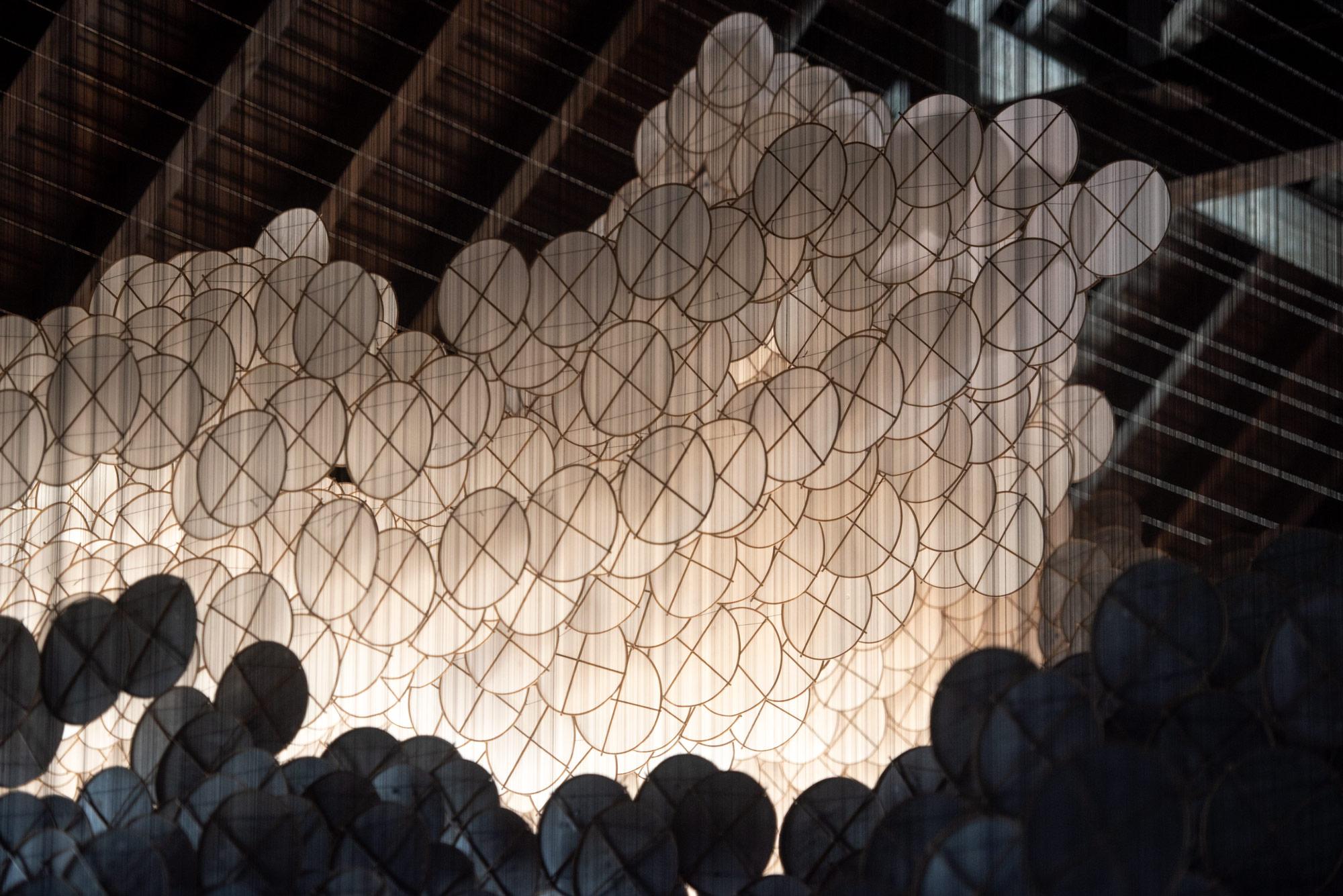 The Eclipse è la suggestiva installazione di Jacob Hashimoto   Collater.al 2